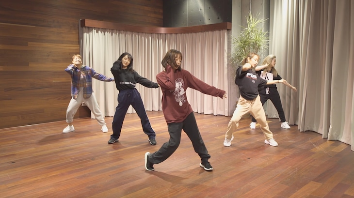 「Shine On Me」を踊る大原櫻子(中央)。