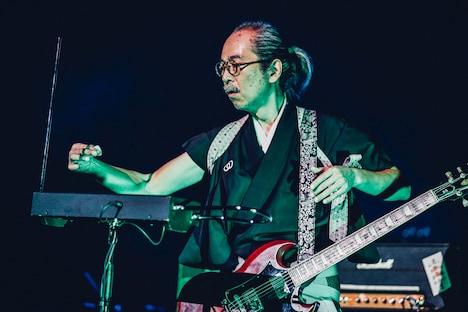 テルミンを演奏する和嶋慎治。(撮影:西槇太一)