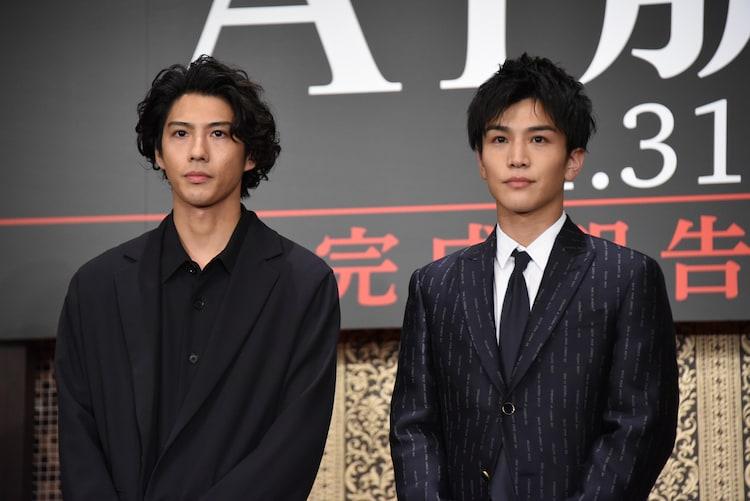 左から賀来賢人、岩田剛典。共に1989年生まれ。