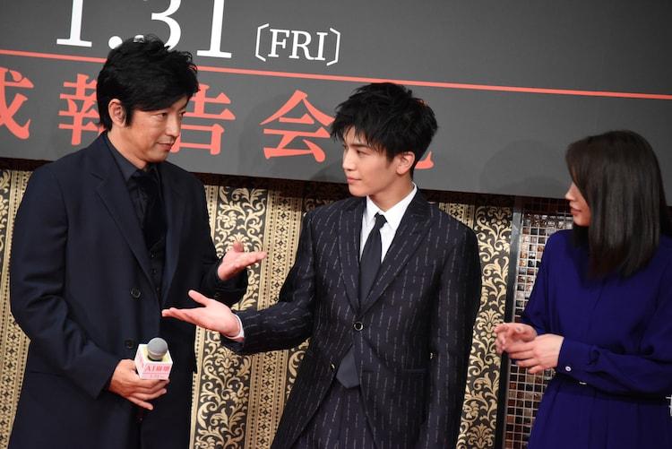 捌ける方向がわからない大沢たかお(左)と岩田剛典(右)。