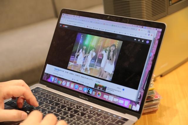 PCで楽曲を探す吉田豪。