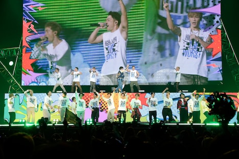 「JUMP AROUND∞」を披露するDOBERMAN INFINITY、THE RAMPAGE from EXILE TRIBE、キャストたち。