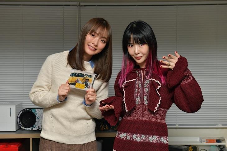 左から内田理央、大森靖子。
