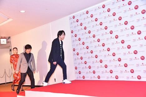 レッドカーペットを歩く綾瀬はるか、内村光良、櫻井翔。