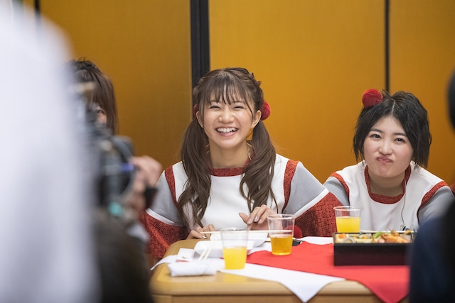 おせちを食べながらトークする私立恵比寿中学。