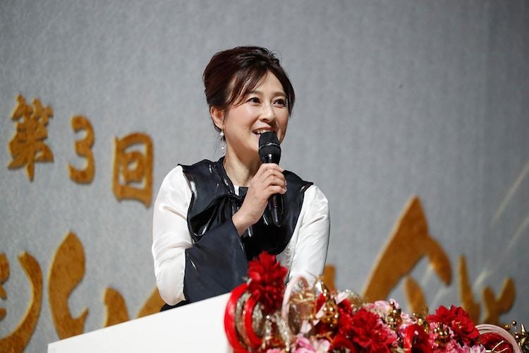 白組応援団長の森尾由美。