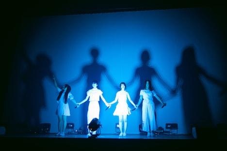 「シルエット」のパフォーマンスの様子。(撮影:稲垣謙一)