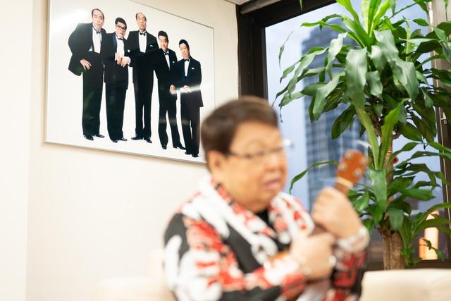 高木ブーの後ろに飾られたザ・ドリフターズの写真。