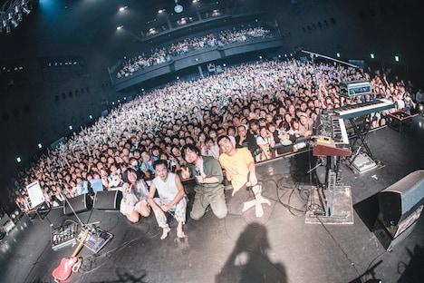 ライブ後に撮影された記念写真。(撮影:真島洸)