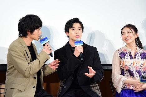 学生からのサプライズ告知に、「クワイア!?」とリアクションする新田真剣佑(中央)。