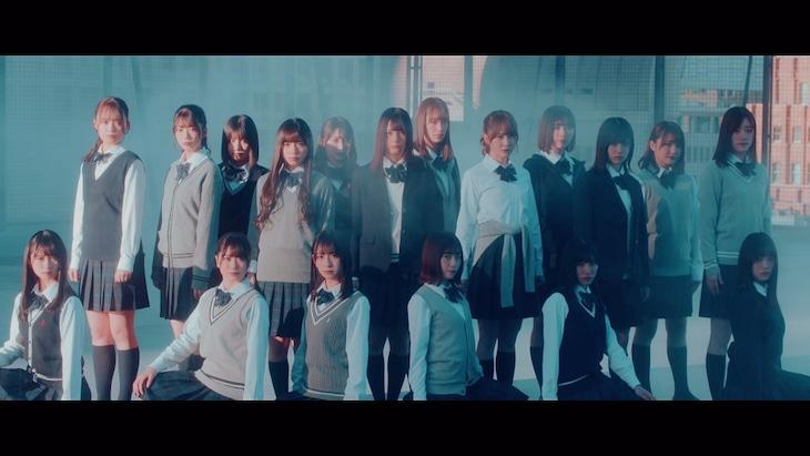 日向坂46「青春の馬」ミュージックビデオのワンシーン。