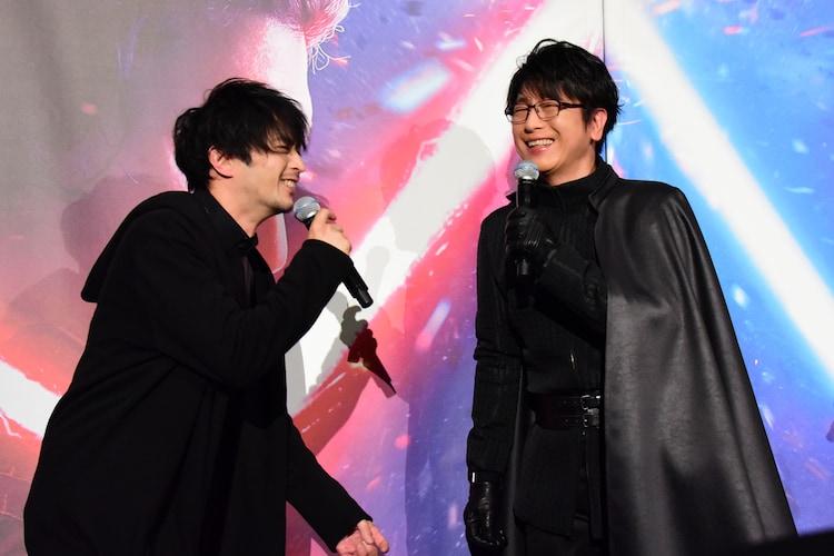 津田健次郎(左)にカイロ・レンの声で「光博、お前に託す」と言われ喜ぶ及川光博(右)。