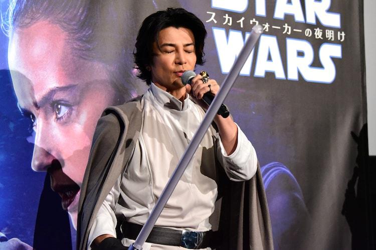少年時代に行ったフォースのトレーニングを再現する武田真治。