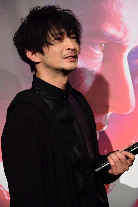 カイロ・レンのコスプレで登場した津田健次郎。