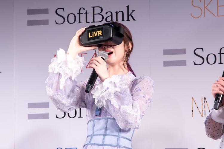 VRゴーグルを装着して実況する柏木由紀(AKB48)。