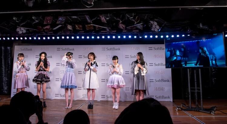 柏木由紀(AKB48)のVRライブ体験中の様子。