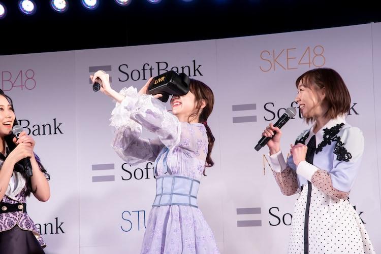 VRゴーグルを装着しながら手を伸ばす柏木由紀(AKB48)。