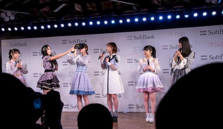 白間美瑠(NMB48)が柏木由紀(AKB48)にちょっかいを出す様子。