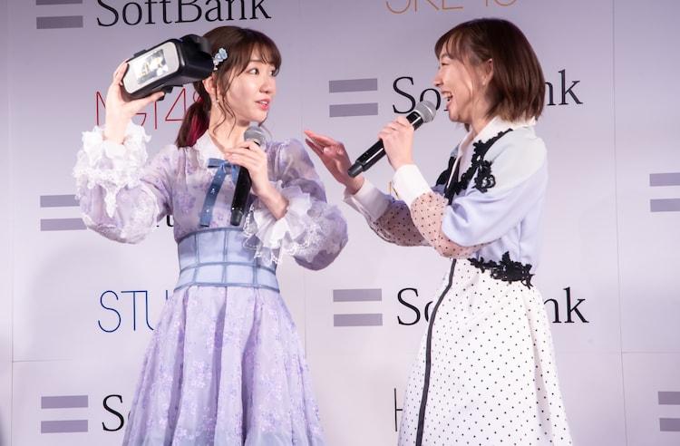 驚く柏木由紀(AKB48)と笑う須田亜香里(SKE48)。