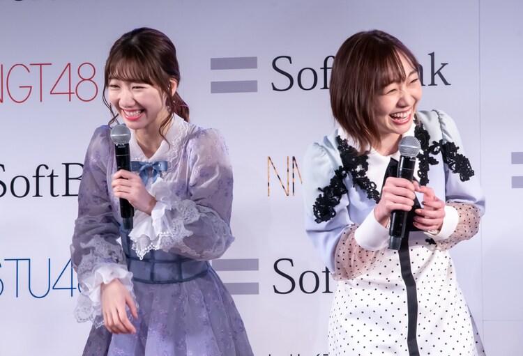 左から柏木由紀(AKB48)、須田亜香里(SKE48)。
