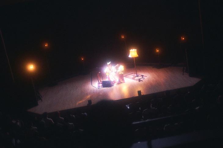 """青葉市子「""""gift"""" 青葉市子 10th anniversary concert I」の様子。(Photo by Kodai Kobayashi, Seita Hiramatsu)"""