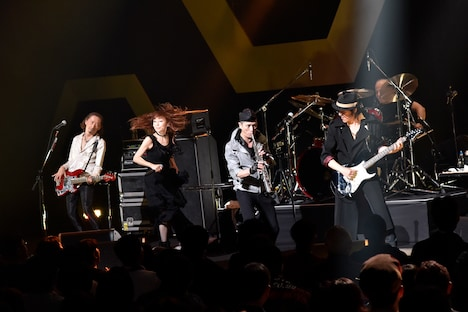 左からENRIQUE、杏子、KONTA、いまみちともたか。(撮影:三浦憲治)