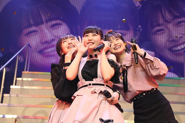左からHKT48の田島芽瑠、田中美久、松岡はな。(c)AKS