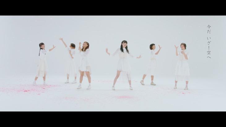 真っ白なキャンバス「桜色カメラロール」ミュージックビデオのワンシーン。(c)KING RECORDS / 真っ白なキャンバス