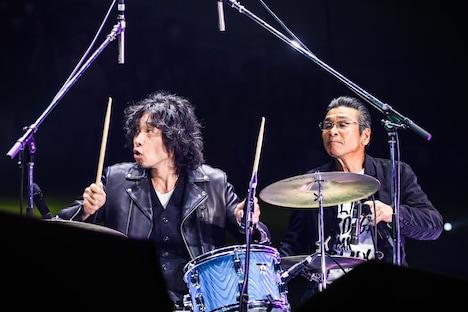 左から斉藤和義、間寛平。