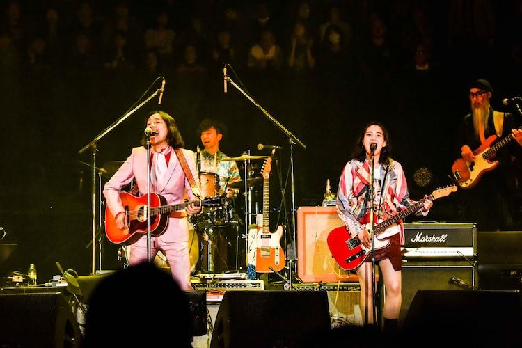 「I LIKE YOU」を2人で歌うトータス松本(左)、のん(右)。