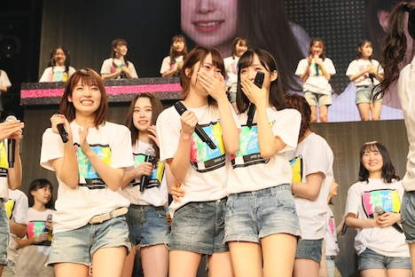 神奈川・横浜アリーナ公演開催決定の知らせに感激するチーム8メンバー。(c)AKS