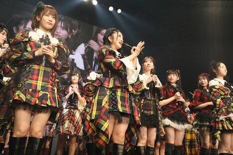 挨拶するAKB48グループ総監督の向井地美音。(c)AKS