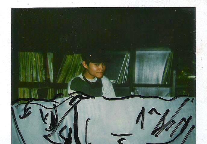 """松田""""CHABE""""岳二。1991年頃、下北沢ZOOのDJブースにて。(写真提供:松田""""CHABE""""岳二)"""