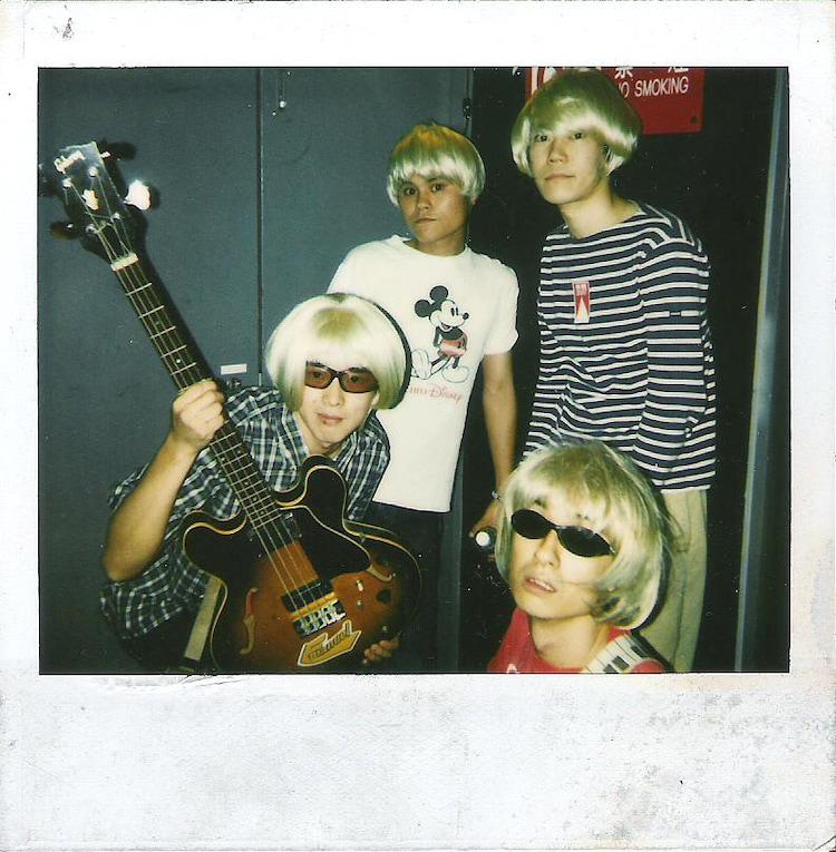 """1997年、Neil and Iraizaのライブのバックステージにて。(写真提供:松田""""CHABE""""岳二)"""