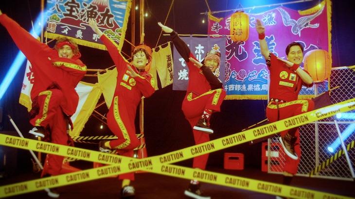 きつね×EXIT「L.O.K.F」ミュージックビデオのワンシーン。