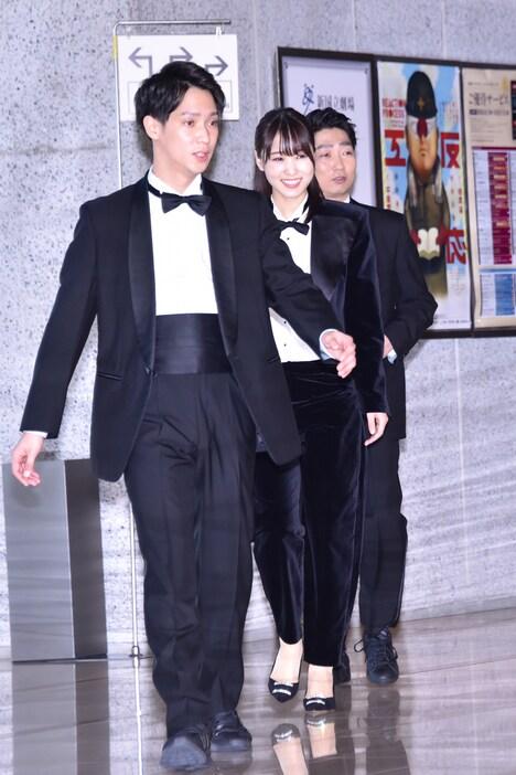 手前から味方良介、菅井友香(欅坂46)、石田明(NON STYLE)。
