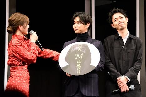 左からプレゼン対決の勝者を選ぶ白石麻衣(乃木坂46)、千葉雄大、成田凌。