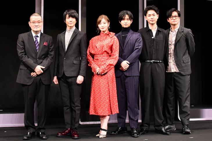 左から中田秀夫監督、鈴木拡樹、白石麻衣(乃木坂46)、千葉雄大、成田凌、井浦新。