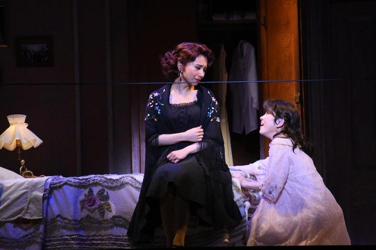 左からMay J.演じるアニータ、宮澤エマ演じるマリア。
