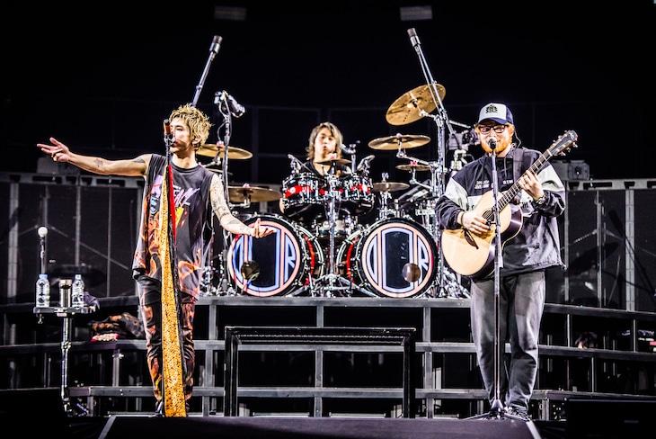 ONE OK ROCKとエド・シーラン。(Photo by JulenPhoto)