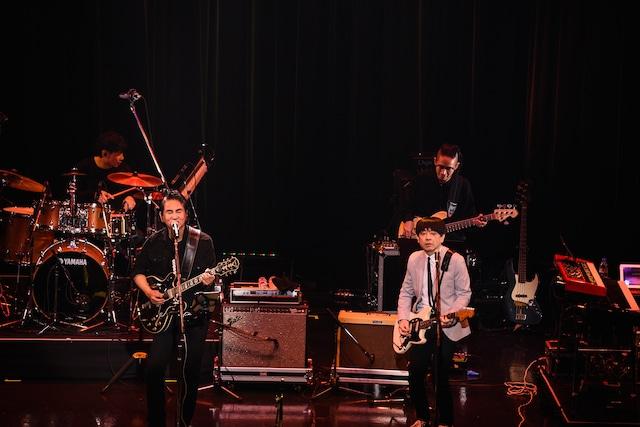 小山田圭吾のギターに乗せて「ORANGE MECHANIC SUICIDE」を歌う田島貴男。(撮影:工藤ちひろ)