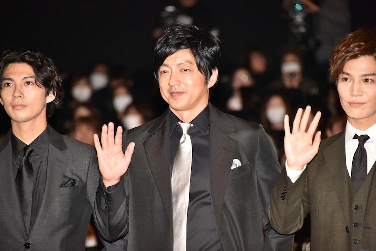 左から賀来賢人、大沢たかお、岩田剛典。