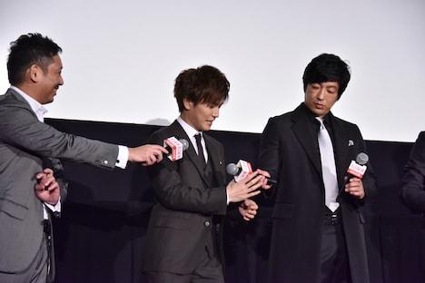 マイクが機能せず大沢たかお(右)と入江悠(左)からマイクを渡される岩田剛典(中央)。