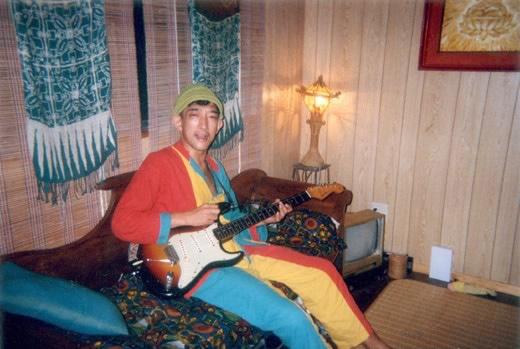 お気に入りのパジャマを着て自宅でギター片手にくつろぐどんと。