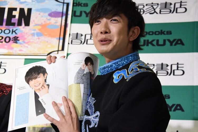 「実物の10倍盛れてるんですよ!」と自分のページを紹介する田村侑久(BOYS AND MEN)。