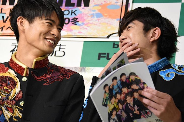 田村侑久(右)の発言に笑顔でツッコミを入れる辻本達規(左)(BOYS AND MEN)。