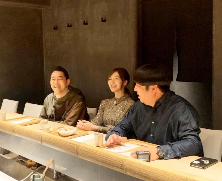 テレビ朝日「バナナマンのドライブスリー」より白石麻衣行きつけの和食店を訪れたバナナマンと白石麻衣。