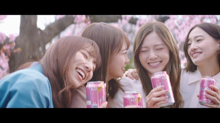 「アサヒスーパードライ」新テレビCM「桜の下で、エール篇」のワンシーン。