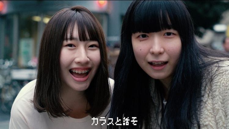 川本真琴「ゆらゆら」ミュージックビデオに出演する禁断の多数決のエビータ(右)とソれん(左)。