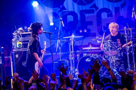 NAMBA69のライブの様子。左から難波章浩、SAMBU。(Photo by TAKASHI KONUMA)